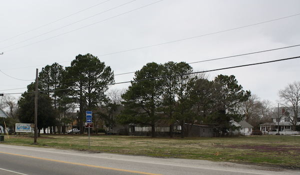 Town currently leases these seven empty lots from Bay Creek developer Richard Foster to display welcome sign at left (Wave photo)